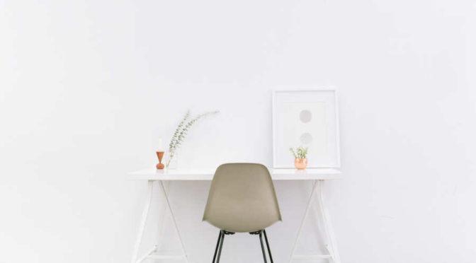 Białe meble, szare ściany
